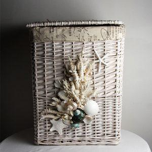 Cesto portabiancheria in vimini con coralli e conchiglie