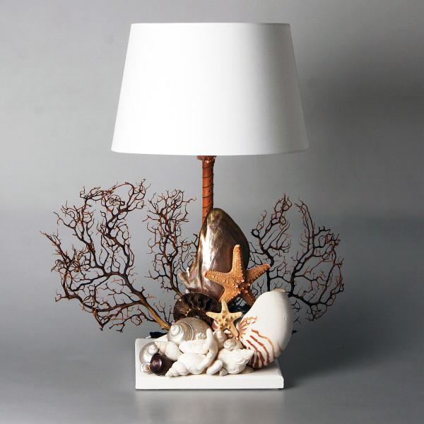Lampada con gorgogna, coralli, conchiglie, stella marina e madreperla