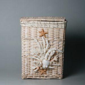 Cesto portabiancheria in vimini con coralli, conchiglie e stelle marine