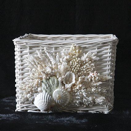 Cesto in vimini con coralli e conchiglie
