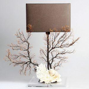 Lampada con gorgogna, coralli e conchiglie