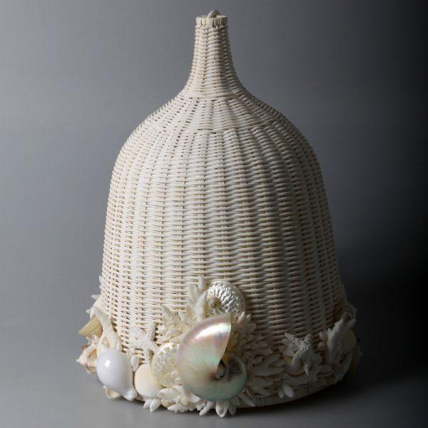 Lampadario in vimini con conchiglie e nautilus