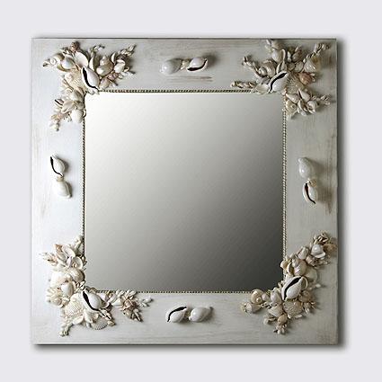 Specchio in legno con conchiglie