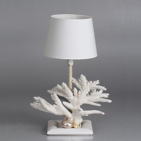 Lampada in corallo e nautilus in madreperla